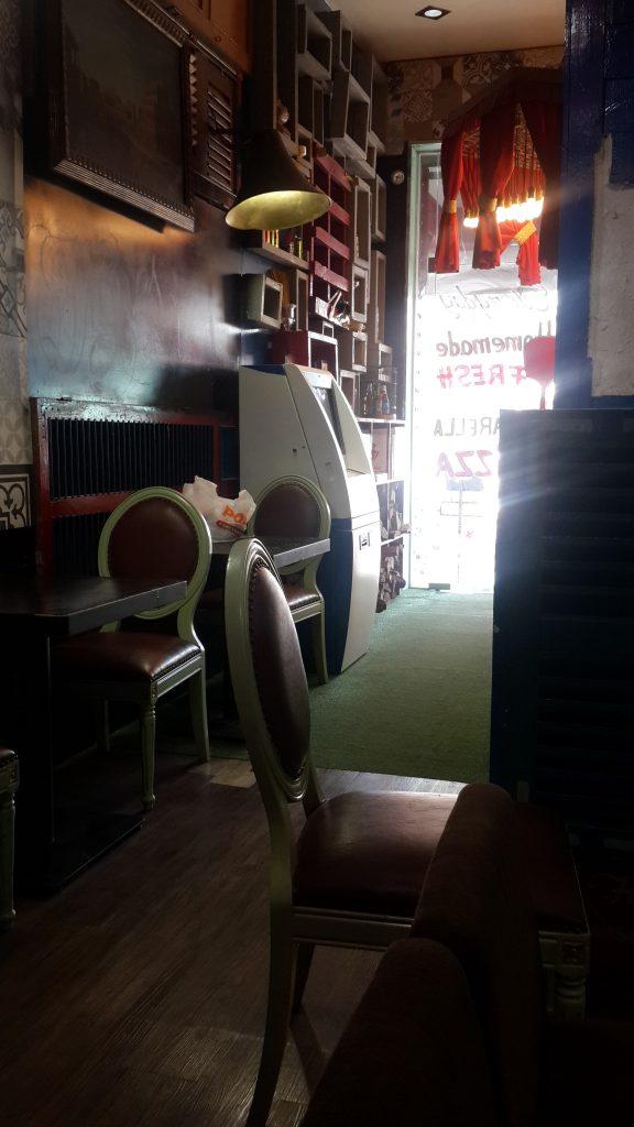 Bankomat u pizzeriji Le Crespo